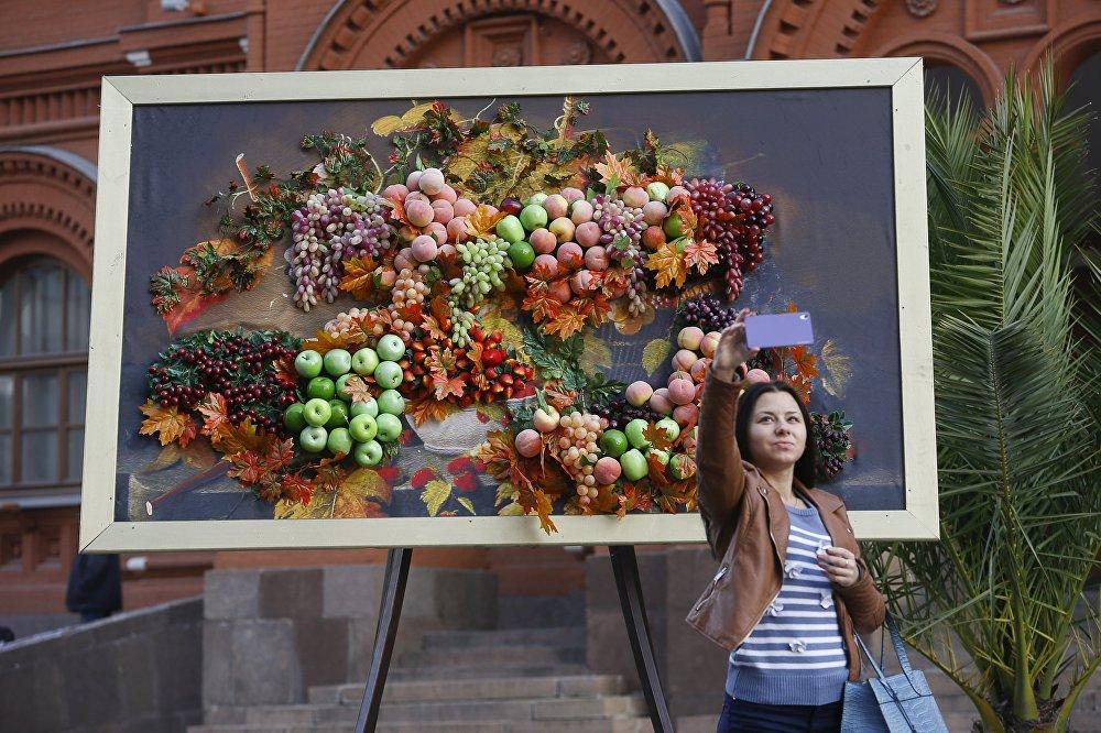 Un selfie devant une installation de fruits et de légumes artificiels lors du festival L'automne de Moscou au centre de la capitale russe