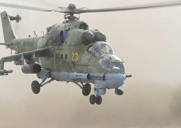 Des hélicoptères Mi-24 patrouillent autour de la base aérienne russe en Syrie