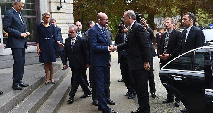 Le président turc Recep Tayyip Erdogan se rend à Val Duchesse où il est accueilli par le premier ministre belge Charles Michel, le 6 octobre 2015