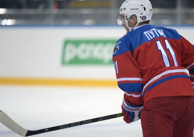 Vladimir Poutine joue au hockey