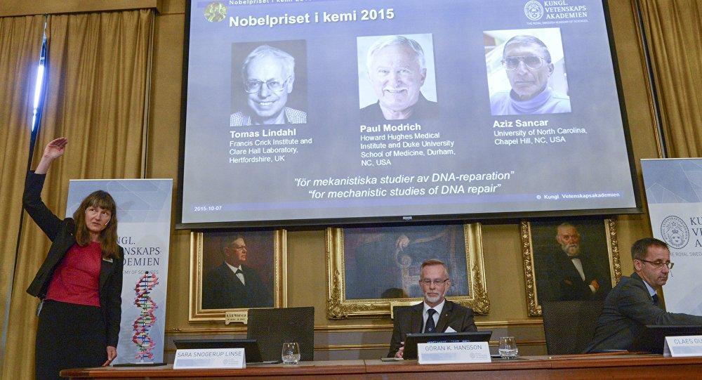 Les membres du comité chimie du prix Nobel Sara Snogerup Linse, Goran Hansson et Claes Gustafsson à Stockholm