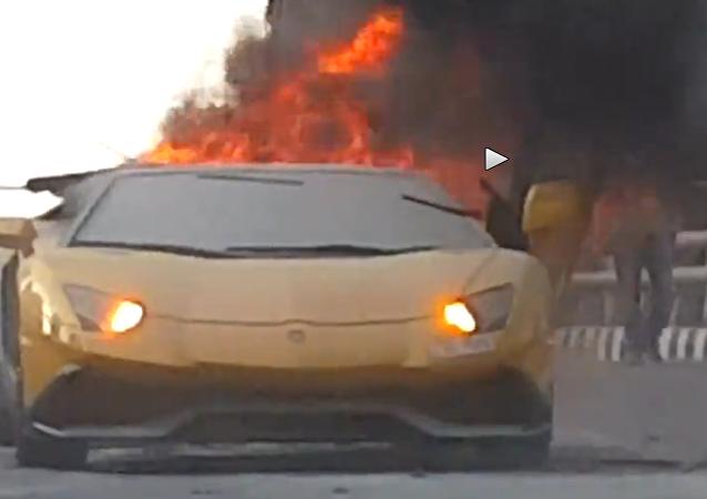 Une Lamborghini disparaît en flammes