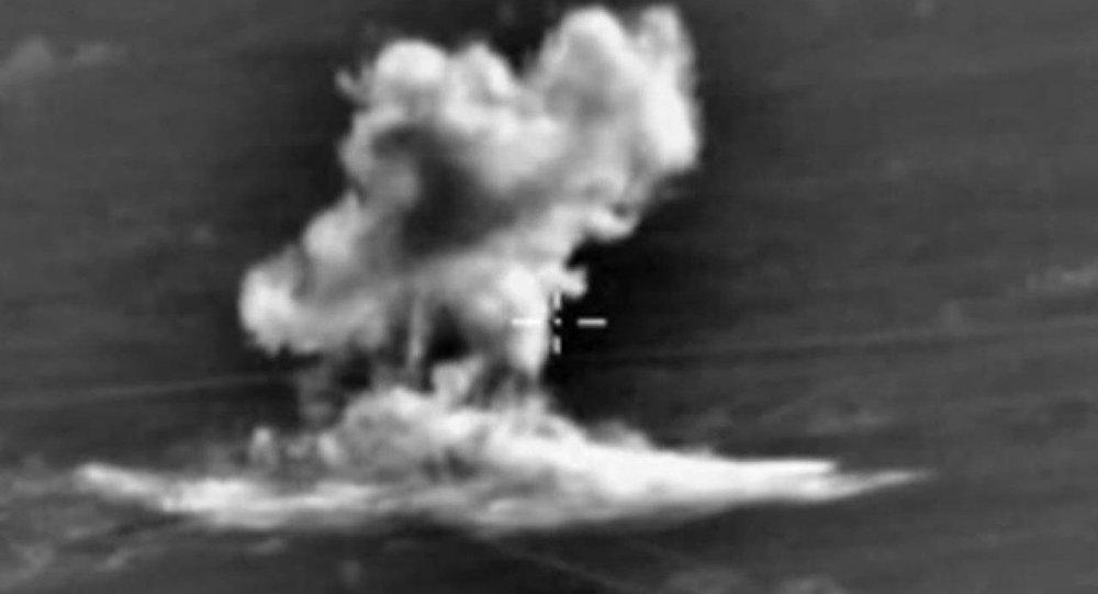 Frappes russes contre des positions fortifiées de l'EI (vidéo)