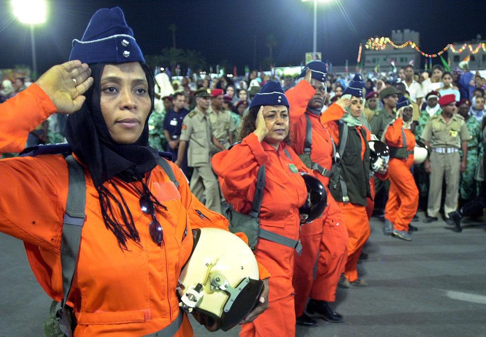 Les femmes pilotes de chasse libyennes lors d'un défilé militaire sur la place centrale de Tripoli
