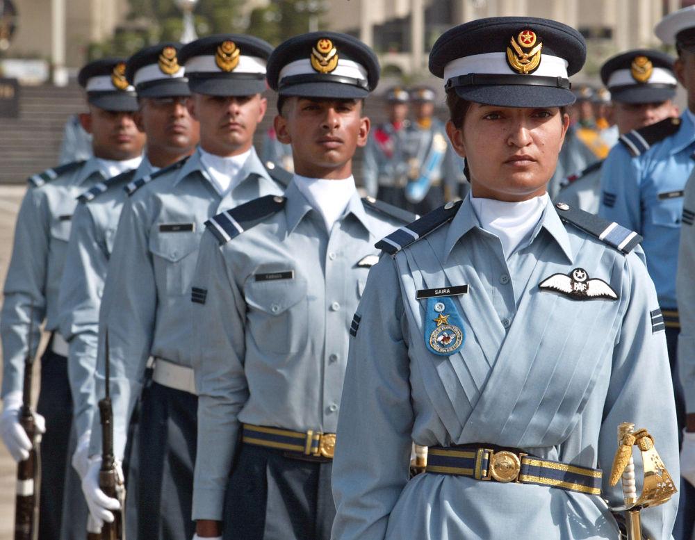 Un groupe de pilotes de chasse lors d'un défilé militaire au Pakistan