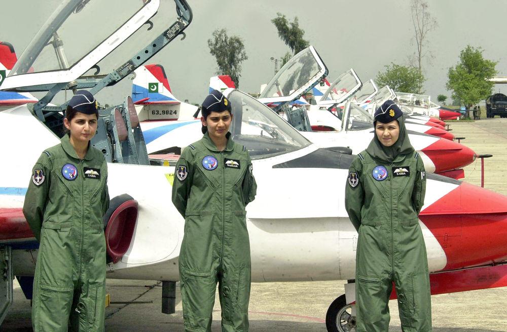 Les premières femmes pilotes de chasse pakistanaises près des avions d'entraînement T-37