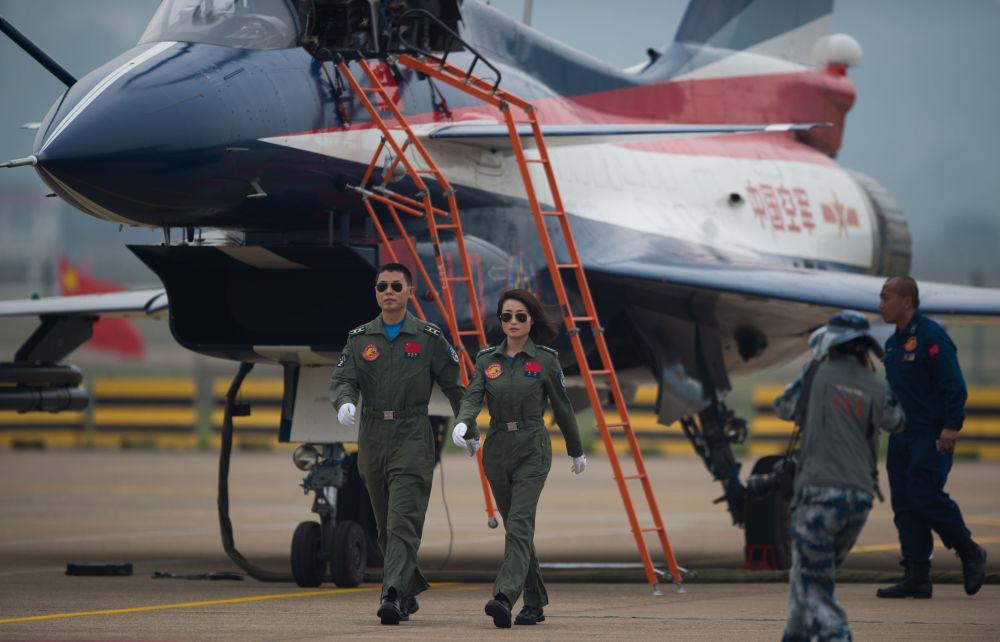 Des femmes pilotant des chasseurs J-10 lors du  Show aérien de Zhuhai en Chine