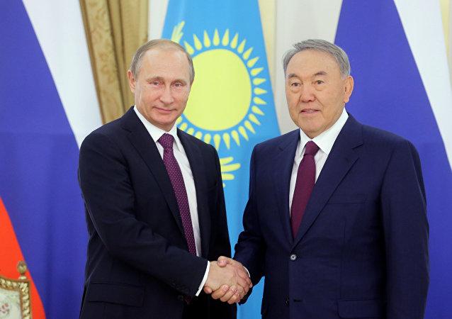 Le président russe Vladimir Poutine et le président kazakh Noursoultan Nazarbaïev