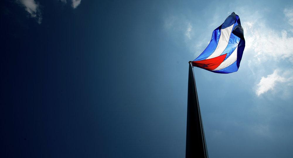 drapeau cubain sur leur nouvelle ambassade à Washington