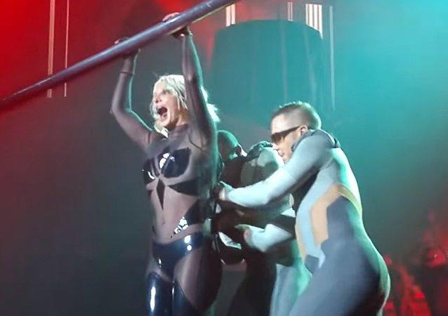 Les vêtements de Britney Spears se déchirent en plein concert