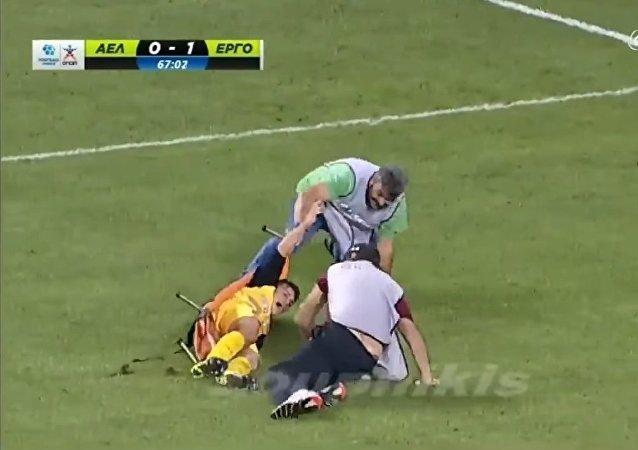 Les secouristes font tomber un footballeur blessé