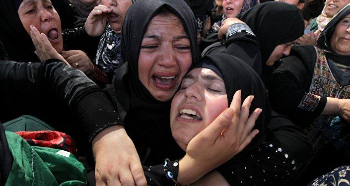Les parents d'un palestinien tué par l'armée israélienne à Hébron, Oct.  21, 2015.