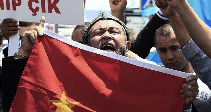 Ouïghour avec le drapeau de la Chine, Turquie. Image d'illustration