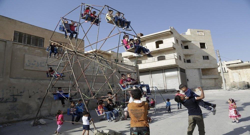 Des enfants syriens jouent, Maaret al-Naaman, la province d'Idlib, Syrie, Sept. 24, 2015