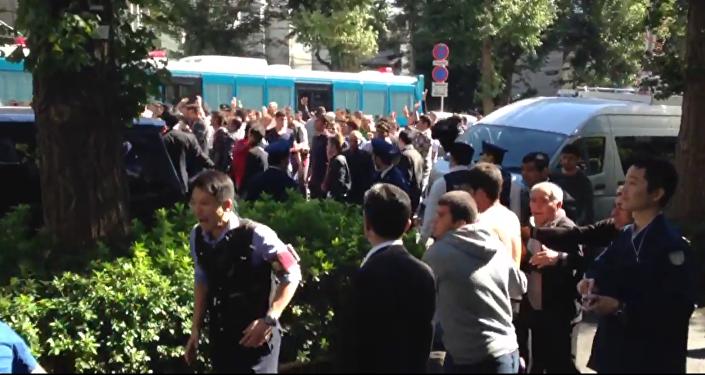 Une bagarre entre des Turcs et des Kurdes près de l'ambassade de Turquie à Tokyo, octobre 2015