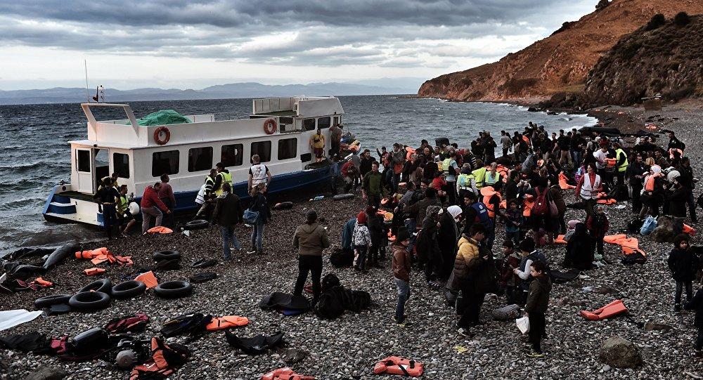 Des réfugiés arrivent à l'île de Lesbos avant de partir pour la Turquie