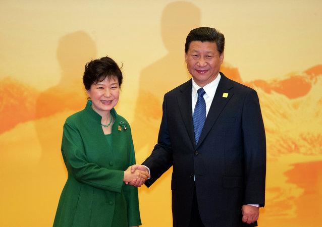 La présidente sud-coréenne  Park Geun-hye et son homologue chinois Xi Jinping