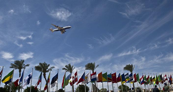 Un avion survole l'aéroport à Charm el-Cheikh