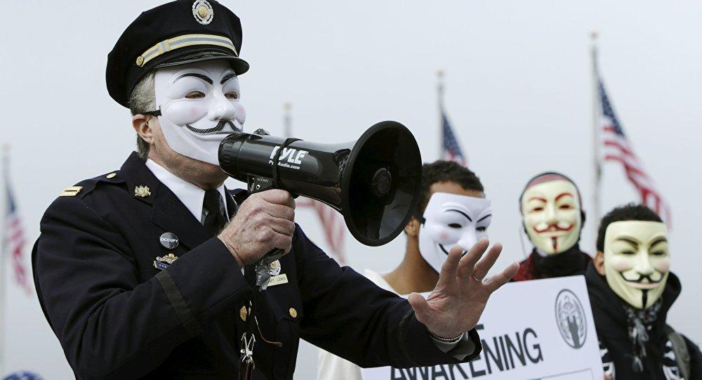 Des xénophobes US du KKK décagoulés par des masqués