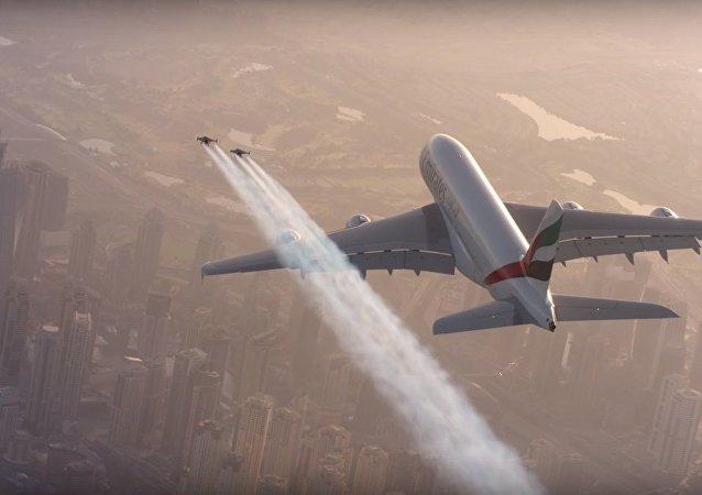 Deux hommes en jetpack volent autour d'un Airbus A380 à Dubaï