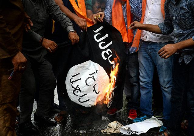 Des militants brûlent un drapeau du groupe djihadiste Daech