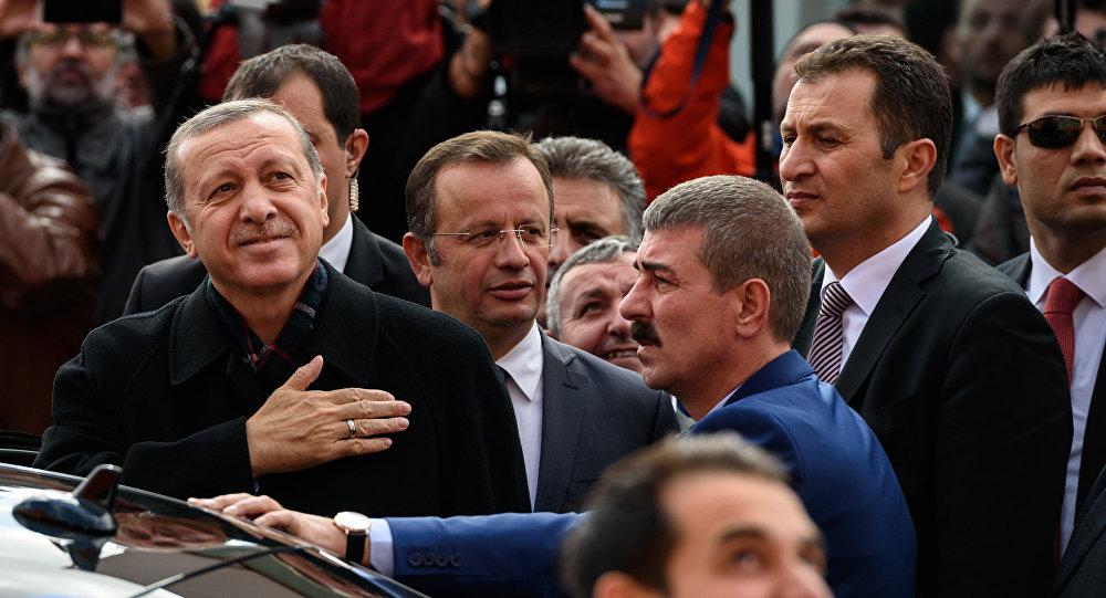 Le président turc, Recep Tayyip Erdogan après avoir voté à l'élection législative de la Turquie