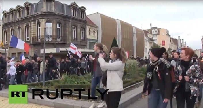 manifestants menés par la branche française de Pegida ont marché dimanche dans les rues de Calais