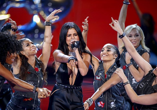 Selena Gomez (centre)