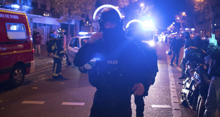 La police française en face du Bataclan, à Paris, dans la nuit du 13  au 14 novembre 2015