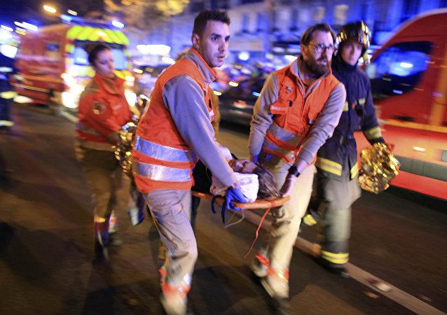 Une femme évacuée du théâtre Bataclan