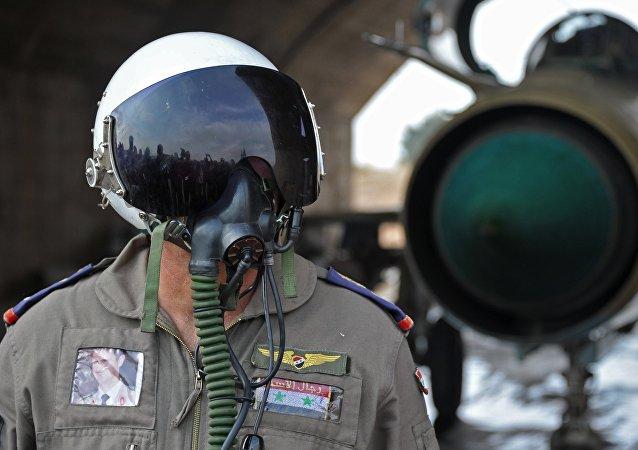 Un pilote syrien sur la base aérienne militaire Hama en Syrie