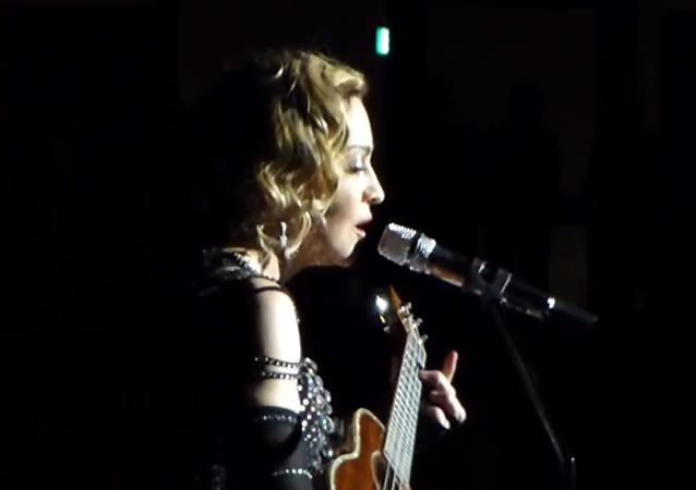 Madonna chante La vie en rose après les attentats à Paris