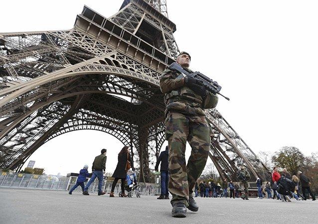 Sécurité renforcée à Paris le lendemain des attentats.