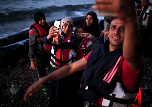 Des réfugiés syriens se prennent en photo en arrivant dans l'île grecque de Lesbos
