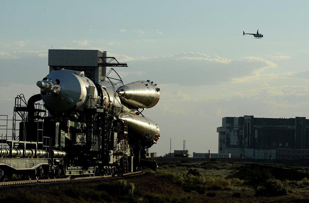 Le lanceur Soyouz-FG et le vaisseau Soyouz TMA-13M en route vers le pas de tir N°1 au cosmodrome de Baïkonour.