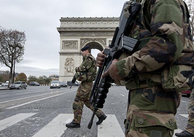 Soldats français traversent les Champs-Elysées