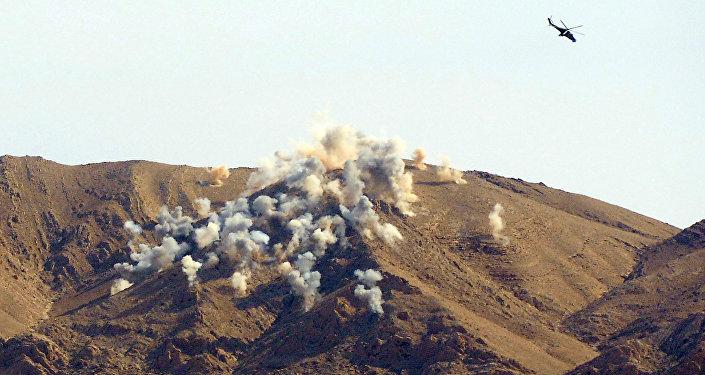 hélicoptère Mi-24 attaque les positions de l`EI à 20 kilomètres de Palmyre