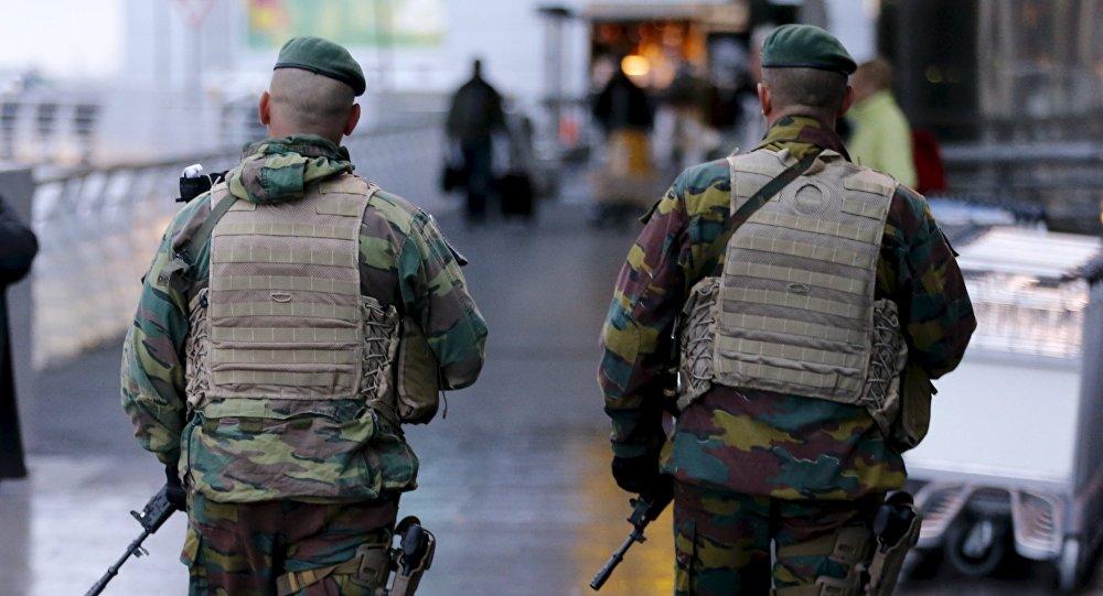 Patrouille militaire devant l'aéroport international de Bruxelles