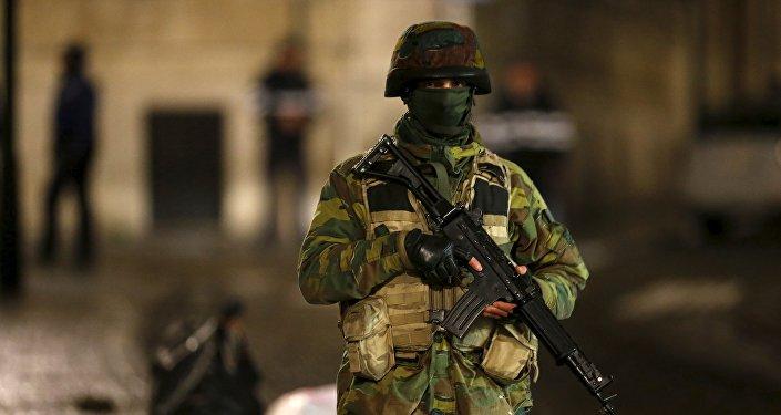 Une soldat de patrouille à Bruxelles