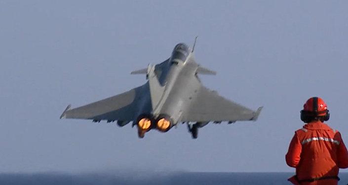Méditerranée : les premiers raids des chasseurs français depuis le Charles de Gaulle