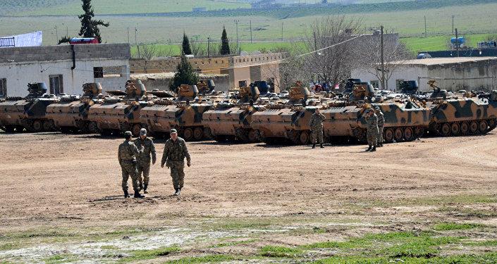 Des chars turcs à Suruc, près de la frontière syrienne