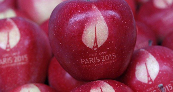Une pomme marquée avec le logo de la Conférence mondiale sur les changements climatiques 2015