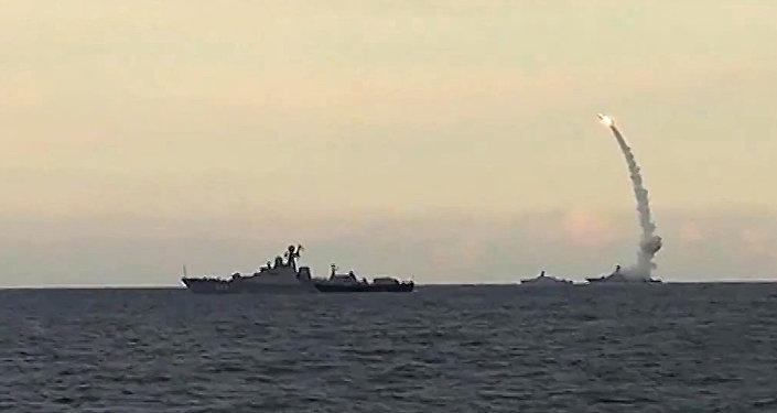 Des navires russes tirent des missiles Kalibr-NK en mer Caspienne