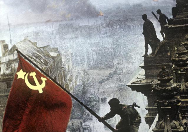 Drapeau soviétique au-dessus du Reichstag le 2 mai 1945