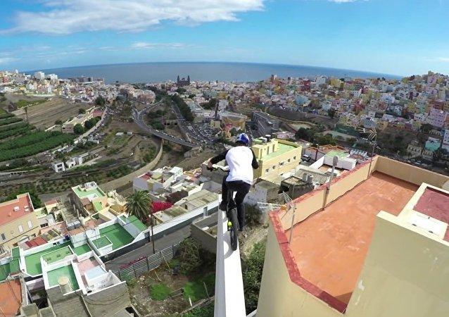 Un cycliste qui roule sur les toits