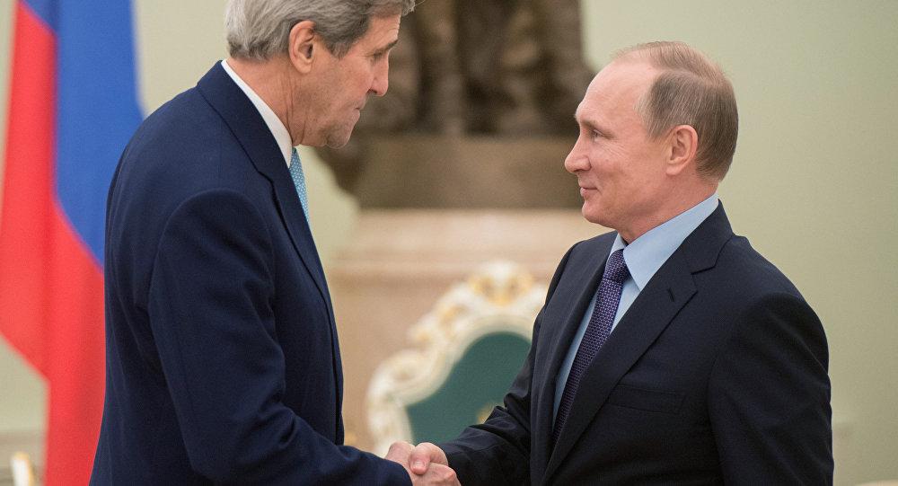 le secrétaire d'Etat américain John Kerry lors d'une rencontre avec le président russe Vladimir Poutine à Moscou
