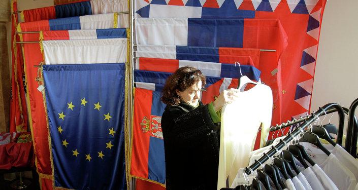 Drapeaux serbes et européens