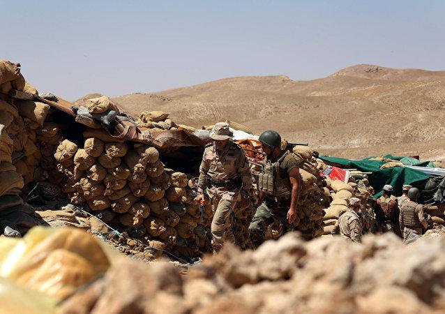kurdes irakiens gardent une position derrière des sacs de sable,Sinjar