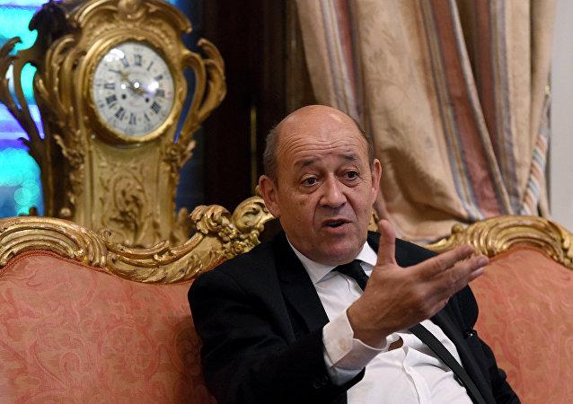 ministre français de la Défense Jean-Yves Le Drian à l'ambassade française à Moscou le 21 Décembre 2015