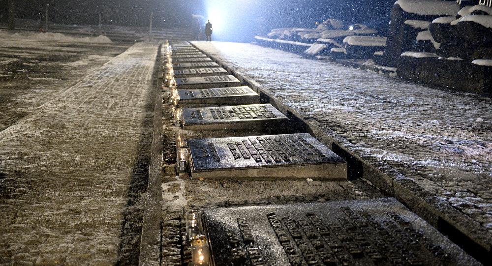 Les plaques dédiées aux victimes de l'Holocauste